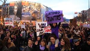 La manifestación de las mujeres de Barcelona, en el paseo de Gràcia.