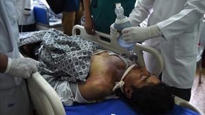 Traslado de una víctima del atentado contra el convoy de la OTAN en Kabul.