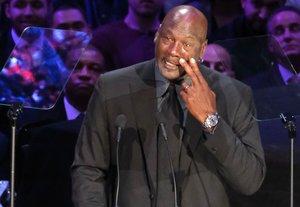 Jordan llora en el homenaje a Bryant.