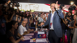 Josep Maria Bartomeu se dispone a depositar su voto en una de las urnas colocadas en el Camp Nou para elegir al nuevo presidente del Barça.