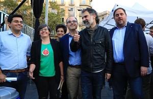Pisarello, Boya, Subirà, Turull, Cuixart y Junqueras durante el acto de 'Universitats per la República' a favor del referéndum en Barcelona.