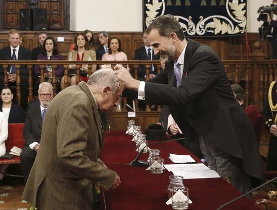 Juan Goytisolo recibe el Cervantes de mano de Felipe VI en el 2015.