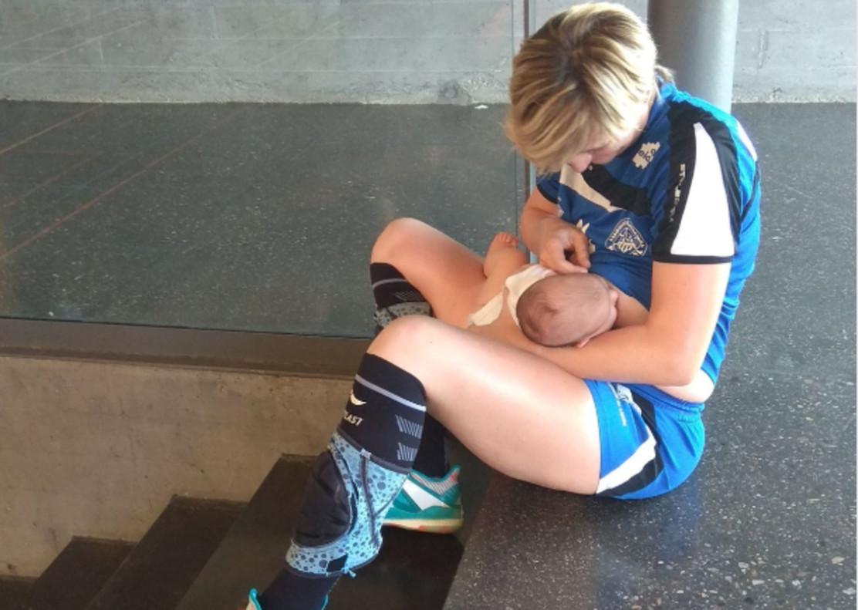 """Una jugadora de balonmano da el pecho en un partido: """"Ojalá sirva para visibilizar la maternidad en el deporte"""""""