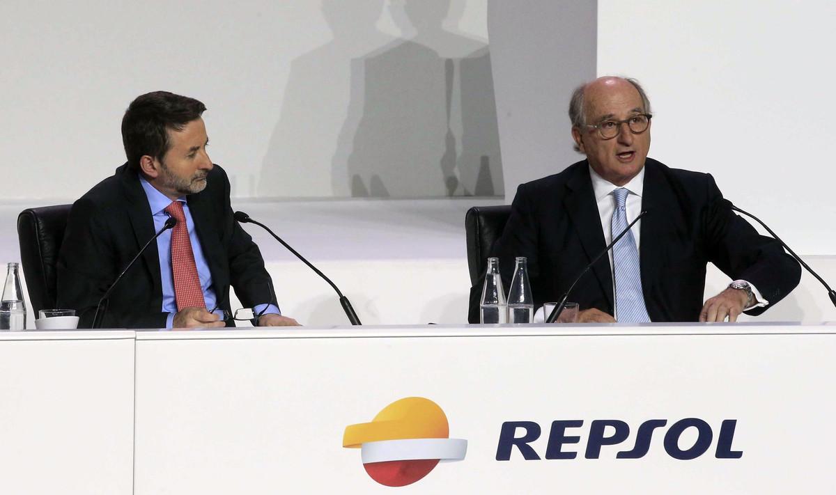 El presidente de Repsol, Antonio Brufau (d), y el consejero delegado, Josu Jon Imaz, durante una junta general de accionistas que la empresa celebra en Madrid.
