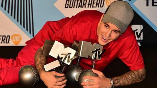 Justin Bieber en la entrada de los premios MTV.