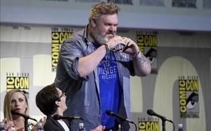 Kristian Nairn (Hodor), se dirige a los participantes en la Comic-Con tras ser aclamado.