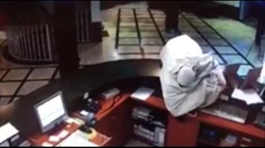 Un hombre atraca un hotel disfrazado de fantasma y con un cuchillo
