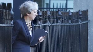 Theresa May sale de su residencia oficial de Downing Street, en Londres.