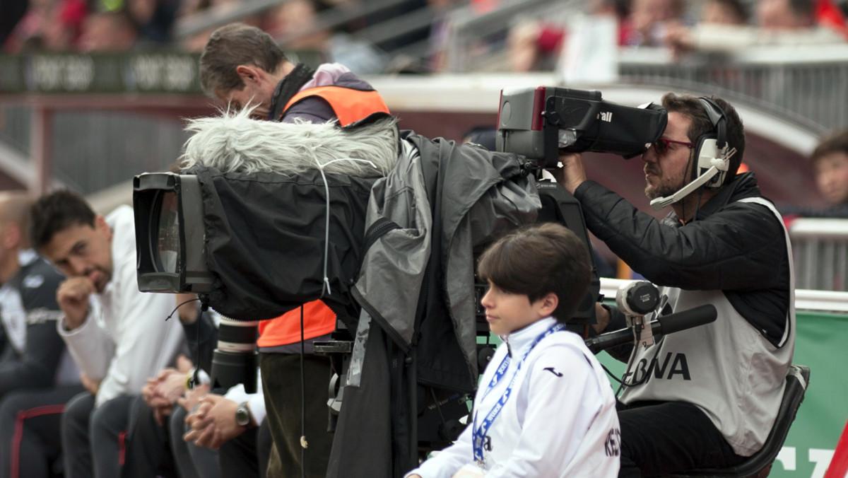 Cámara de televisión, durante la retransmisón de un partido de la Liga Santander.