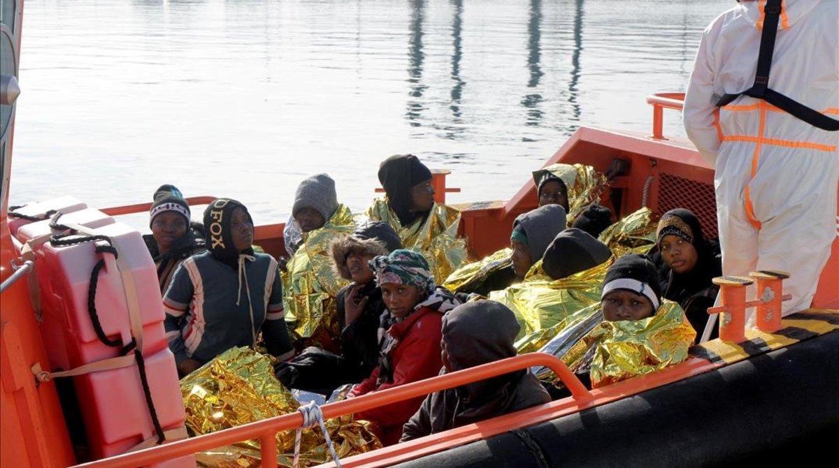 Llegada de un grupo de menores y mujeres inmigrantes al puerto de Melilla tras ser rescatados por Salvamento Maritimo.