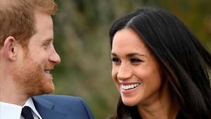 El príncipe Enrique y Meghan Markle, en los jardines de Kensington, el día de su anuncio de boda.