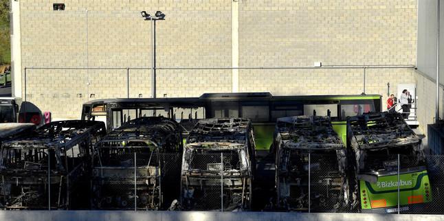 Los autobuses de la empresa de transporte público Bizkaibus quemados, este domingo, en las cocheras del polígono Ugaldeguren en Derio (Vizcaya).