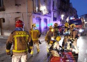 Los bomberos trabajan en el incendio declarado en un piso de Tortosa.