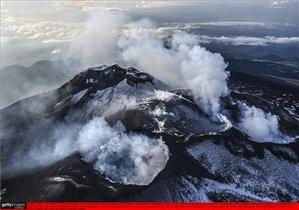 Los cráteres de la cima del volcán Etna vistos desde el helicóptero de la Guardia Costera italiana.