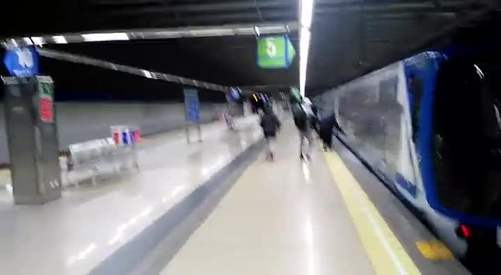 Un grupo de grafiteros pinta un tren del Metro de Madrid. Cuando un trabajador les llama la atención, uno de ellos, tapado con una careta, se acerca en actitud amenazante.