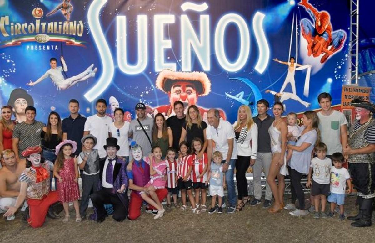 Los jugadores y equipo técnico del Athletic Club de Bilbao en el Circo Italiano.