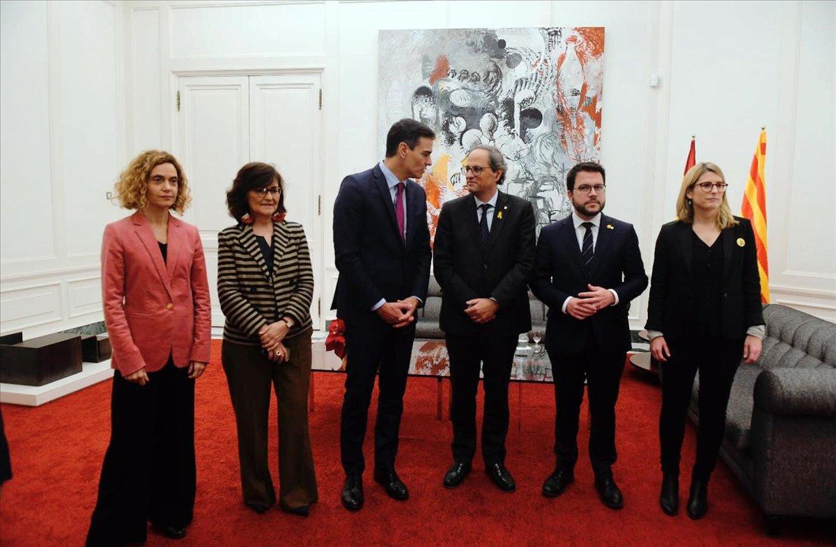 Los presidentes Pedro Sánchez y Quim Torra en Pedralbes, el pasado diciembre, junto a sus colaboradores