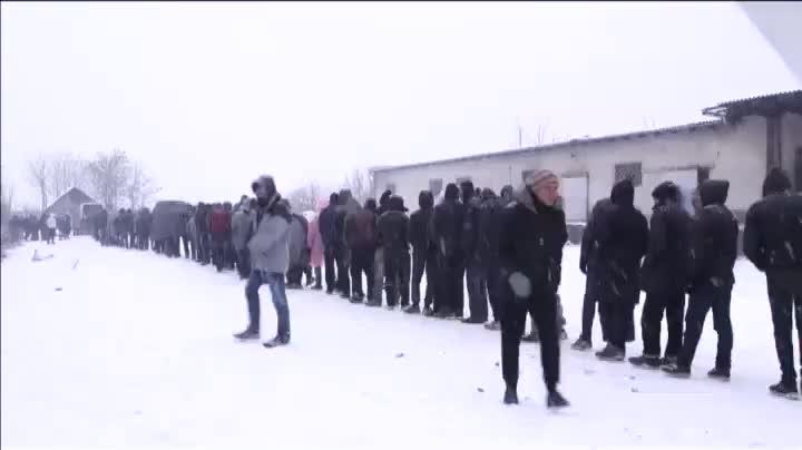 Refugiados, en su mayoría sirios, en Serbia, sometidos a las durísimas condiciones meteorológicas.