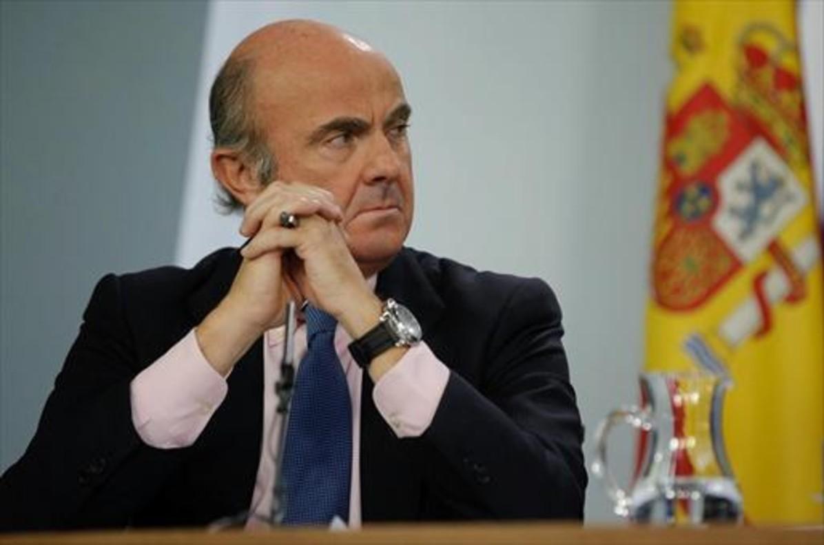 El ministro de Economía, Luis de Guindos, en la rueda de prensa posterior a un Consejo de Ministros.