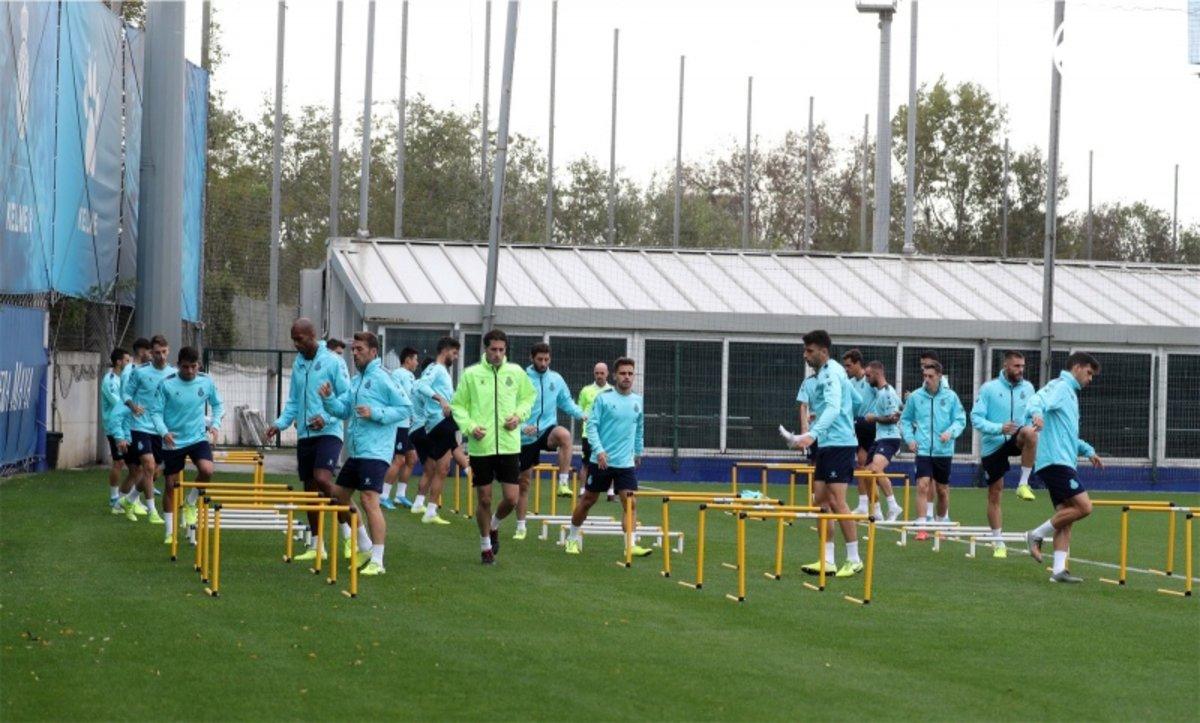 Los jugadores del Espanyol, en el entrenamiento de este martes en Sant Adrià.