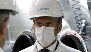 El presidente del Gobierno de Francia, Emmanuel Macron; durante la visita a una fábrica farmacéutica.
