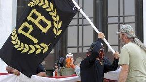 Un manifestante ondea una bandera de los Proud Boys en una protesta ante el Capitolio de Oregón, el pasado 7 de septiembre.