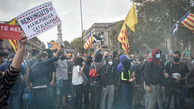 Manifestantes contra la visita del Rey a Barcelona, en Pla de Palau.