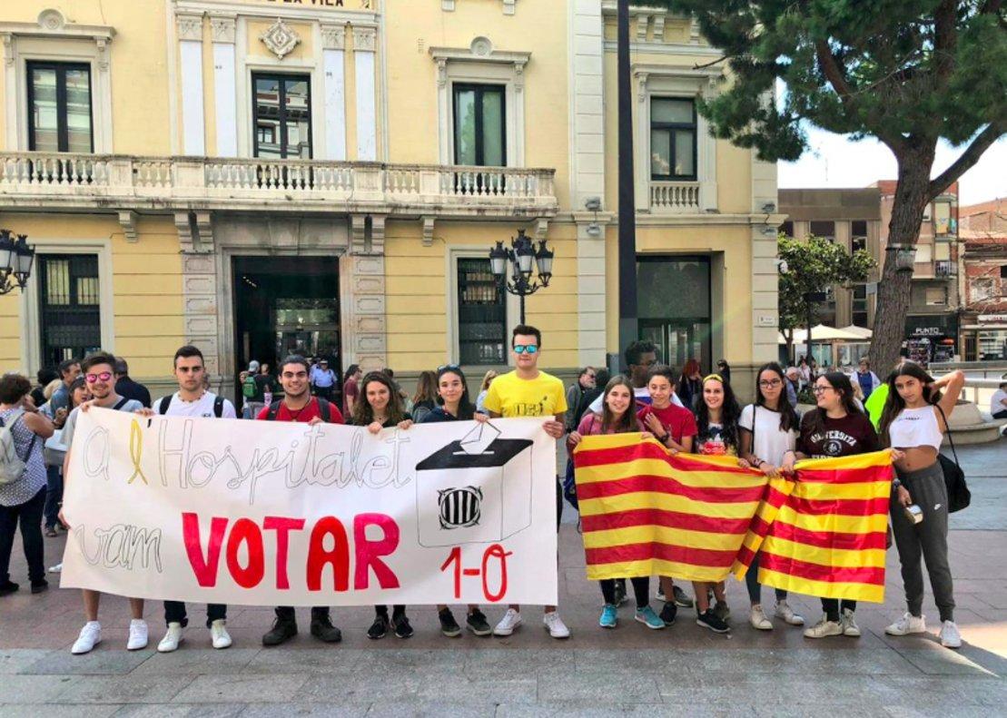 Manifestantes frente al Ayuntamiento de LHospitalet este mediodía