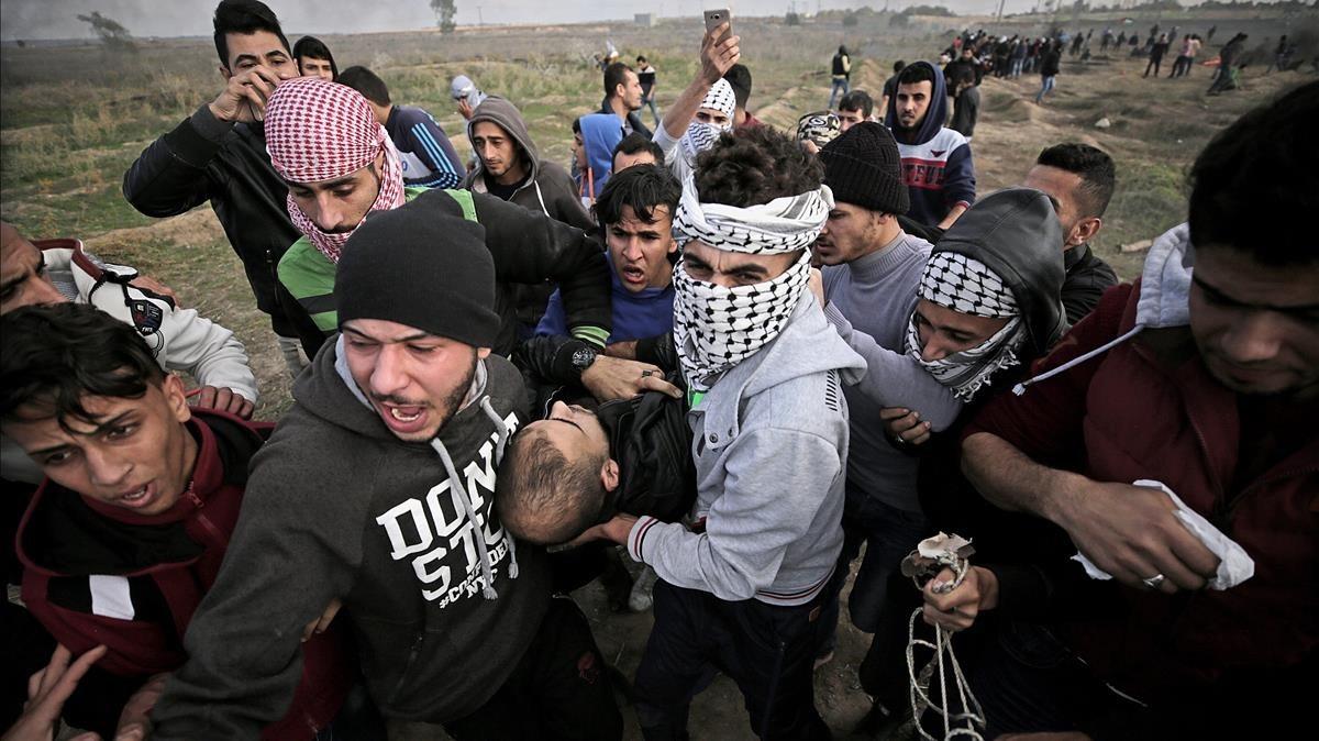 Manifestantes palestinos portan el cuerpo sin vida de Yasser Sokar, en la franja de Gaza.