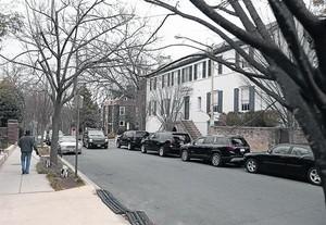 Vehículos del servicio secreto acordonan la casa (blanca) de Ivanka Trump en el barrio de Kalorama.