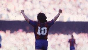 Diego Armando Maradona celebra un gol del Barça.