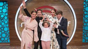 Esther, con el jurado y la presentadora de 'Masterchef junior', Eva González.