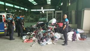 Intervenidos productos falsificados a unos 80 manteros en el Port Vell