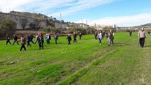 Miembros de la Asociación Aire practican marcha nórdica por el parque fluvial del Besòs.