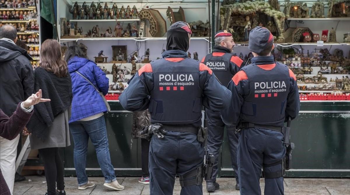 Varios Mossos patrullan la tarde de este martes por la Firade Santa Llúcia, en la plaza de la Catedral.