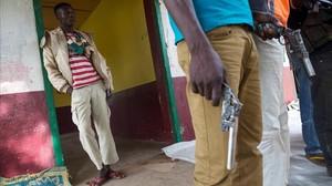 Milicianos anti Balaka armados en el pueblo de Bocaranga, en la República Centroafricana.