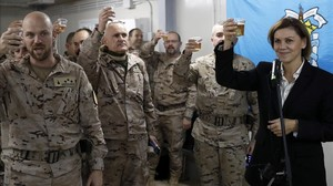 La ministra de Defensa, María Dolores de Cospedal, brinda con las tropas españolas en Besmayah (Irak).