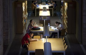 Universitarios estudian en una de las bibliotecas de la UPF.