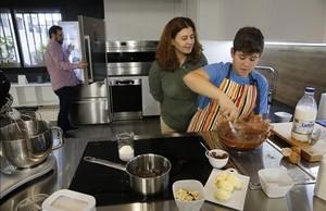 Marc Núñez cocina en su casa bajo la supervisión de sus padres este viernes, en Barcelona.