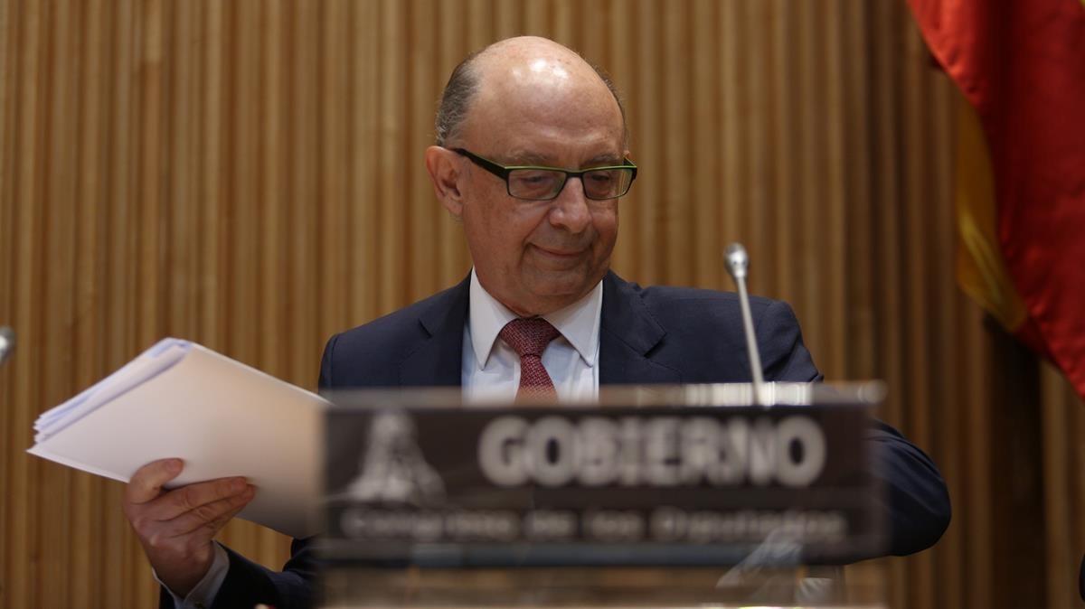 El ministro de Hacienda, Cristóbal Montoro, durante su comparencia en la Comisión de Hacienda del Congreso de los Diputados.