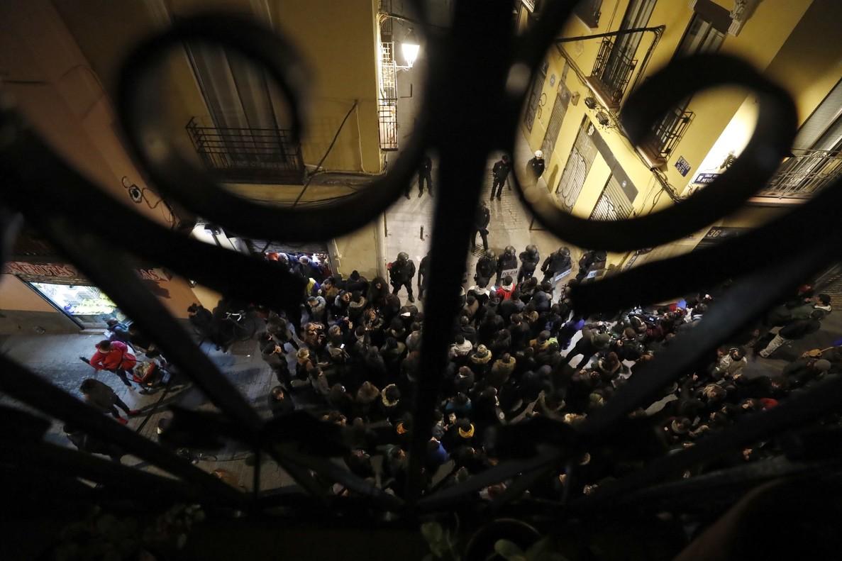 GRAF3165 MADRID 15 03 2018 - Policias antidisturbios intentan calmar la tension en la calle Meson de Paredes con la calle del Oso en el barrio de Lavapies de Madrid tras la muerte de un mantero de un paro cardiaco durante un control policial contra el top manta en el barrio de Lavapies de Madrid Tras el suceso se han concentrado decenas de personas en protesta contra la presion policial que existe en la zona contra los vendedores del top manta EFE JAVIER LIZON