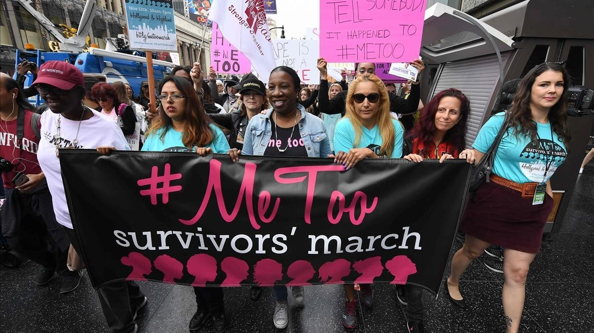 Mujeres supervivientes de abuso y acoso sexual se manifiestan en Hollywood, California, en una protesta del movimiento #MeToo