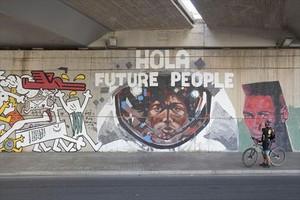 Mural realizado en el barrio durante la Semana Cultural de La Mina de este año, celebrada a finales del pasado mayo.