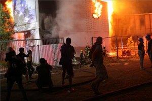 El incendio provocó una densa nube de humo negro y se evacuaron los edificios aledaños por precaución.