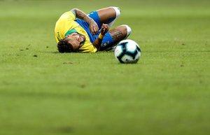 Neymar se dobló el tobillo en un balón disputado con el catarí Assim Madibo.