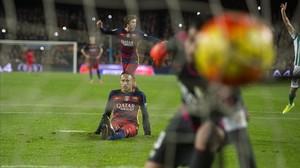 Neymar observa la pilota al fons de la xarxa després d'equivocar-se des del punt de penal.