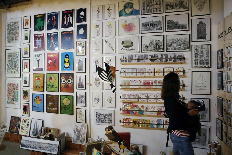 Las paredes de La Nostra Ciutat están cubiertas de láminas con ilustraciones.