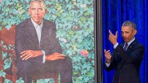 Obama, ante un retrato suyo en el Smithsonian de Washington