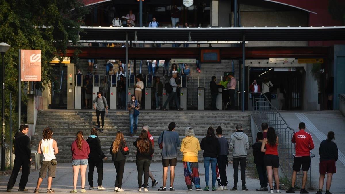 Estudiantes de la UAB informan sobre la jornada de huelga.