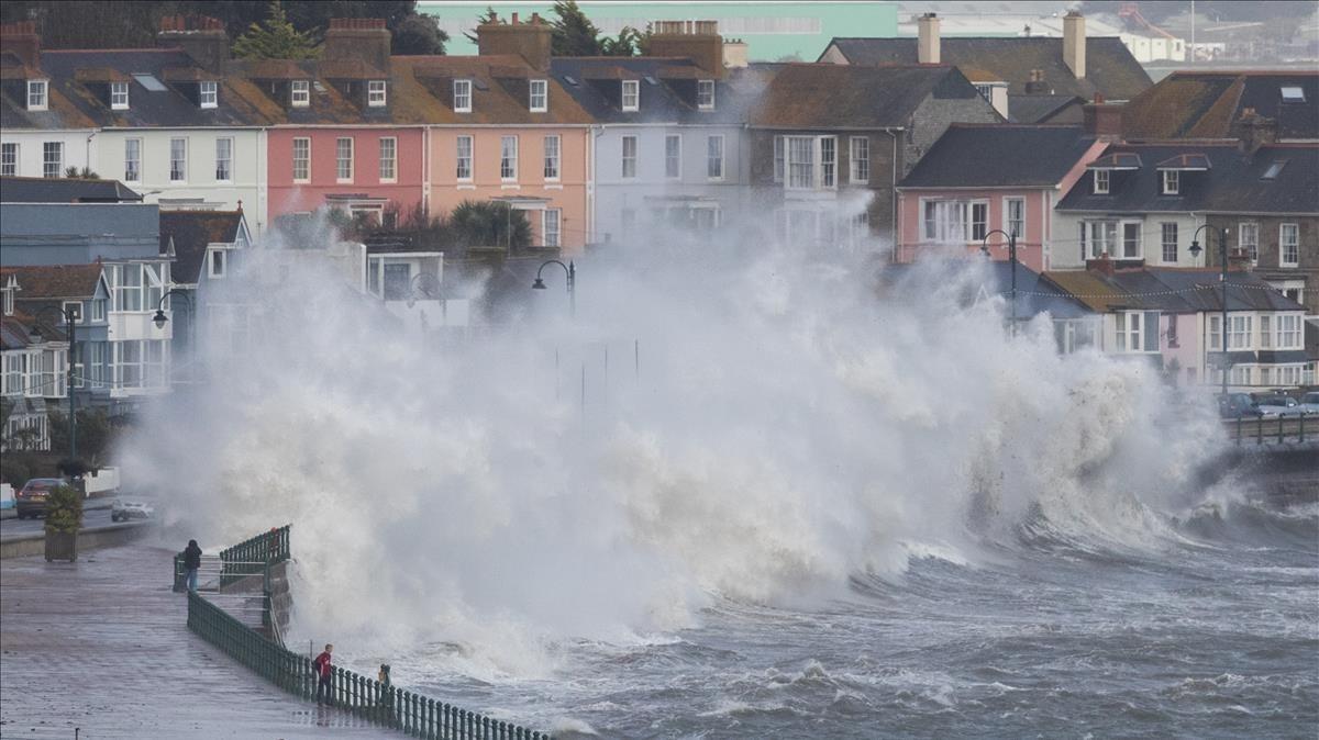 Olas levantadas por el huracán Ophelia castigan el frente marítimo de Penzance, en Cornwall, el 16 de octubre.